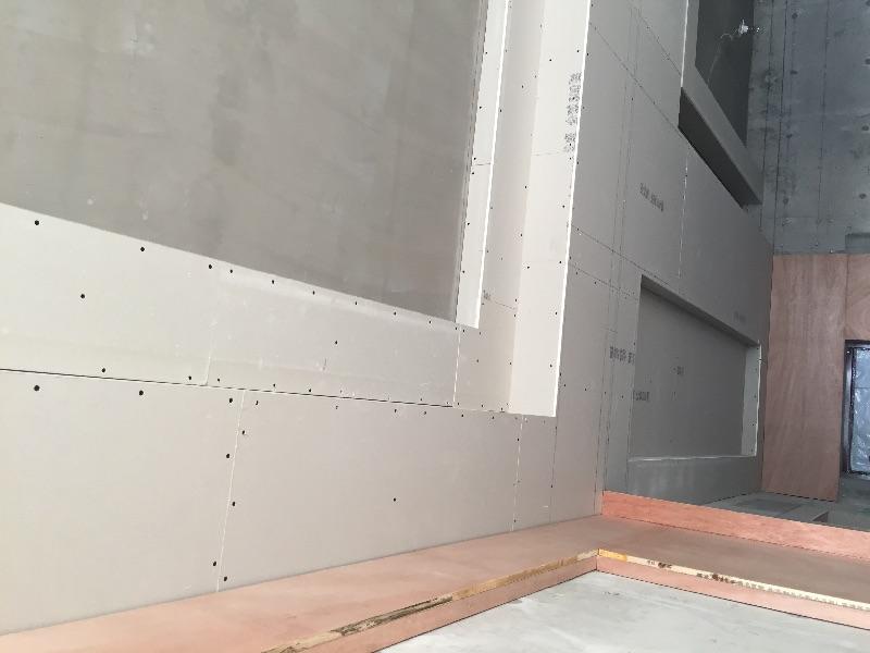 木工吊顶结实,全部都使用轻钢龙骨固定,骨架部分间隔距离合适,石膏板